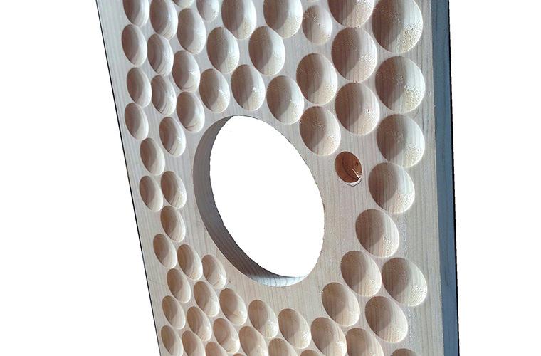 高級和太鼓にも彫り込まれる逸品。胴内部の音響効果を高めることで残響音を抑制してクリアな重低音になります。